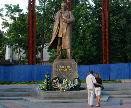 02-Bandera Monument in Lviv -1 2.jpg