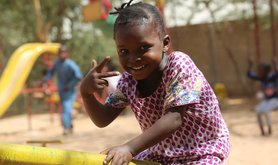 1599px-Grace,_5_years_old,_a_Refugee_from_South_Sudan,_in_a_see-saw_in_Daadab_Refugee_Camp.jpg