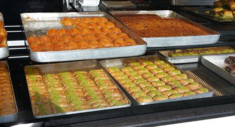 Baklava & künefe at the Niyazi Usta pastry shop on Green Lanes. (Photo by the author, 2016)