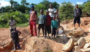 2048px-Child_labor,_Artisan_Mining_in_Kailo_Congo.jpg