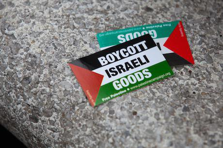 Pro-Palestinian activists protest at John Lewis.  Mark Kerrison/Demotix. All rights reserved.