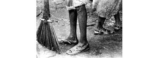 Mumbai street cleaner with broom (Photo © Sudharak Olwe 2003)