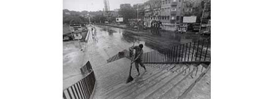 Sweeping a pedestrian bridge, Mumbai (Photo © Sudharak Olwe 2003)