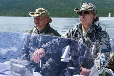 Сергей Шойгу в лодке с Владимиром Путиным