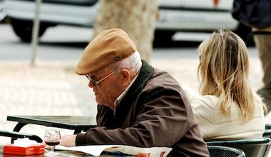 A man reading a newspaper in Lisbon. Flickr/pedrosimoes7. Some rights reserved.