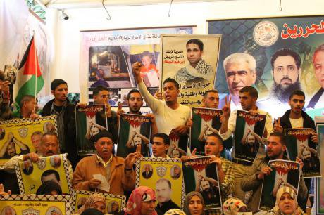 A weekly Gaza sit-in for Palestinian prisoners swells as talks collapse, April 2014