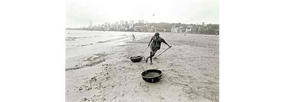 Cleaning the beach, Mumbai (Photo © Sudharak Olwe 2003)