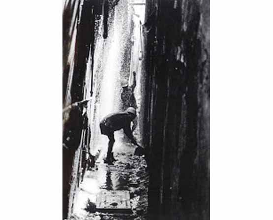 Cleaning a lane, Mumbai (Photo © Sudharak Olwe 2003)