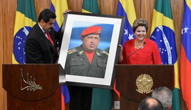 640px-Dilma_Rousseff_receiving_a_Hugo_Chávez_picture_from_Nicolás_Maduro_0.jpg