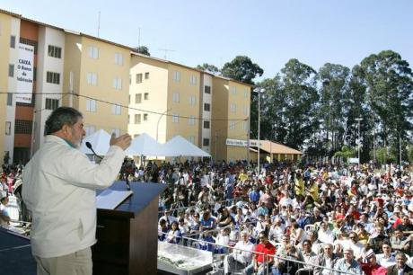 President Lula speaking to recipients of Bolsa Familia programme, Diadema, 2005.