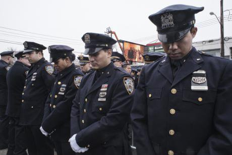 Police officers turn their backs on de Blasio at the funeral of Wenjian Liu. Demotix/Georgio Savona. All rights reserved.