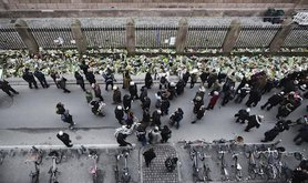 Danes commemorate victim outside Synagogue in Copenhagen