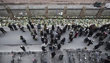 Danes commemorate victim outside Synagogue in Copenhagen