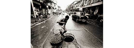 Cleaning drains, Mumbai (Photo © Sudharak Olwe 2003)
