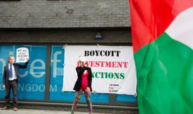 BDS activists protest outside UNICEF-UK, April 2015.