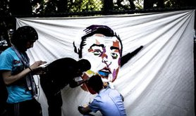 Graffiti artists working on Selahattin Demirtas.