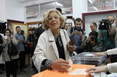 Ahora Madrid's Manuela Carmena votes in 24M elections.