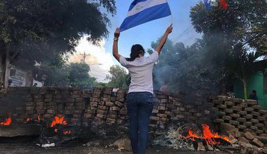 800px-2018_Nicaraguan_protests_-_woman_and_flag.jpg