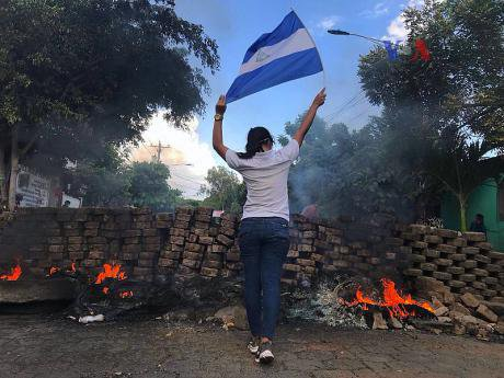 800px-2018_Nicaraguan_protests_-_woman_and_flag_0.jpg