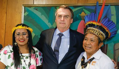 800px-Bolsonaro_with_representatives_of_indigenous_peoples_in_the_Planalto_Palace.jpg