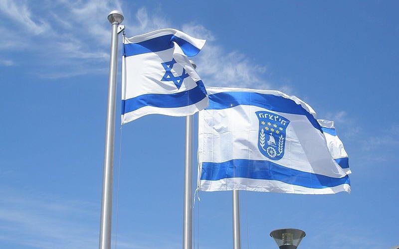 800px-Israel_flag_and_Herzliya_flag ed.jpg