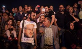 Iranians pour onto streets ( t-shirt shows Minister of Foreign Affairs), July 14, 2015.