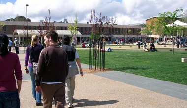 Australian_National_University_at_lunch_time,_April_2006.jpg