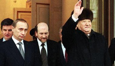 Vladimir Putin with Boris Yeltsin on 31 December 1999.