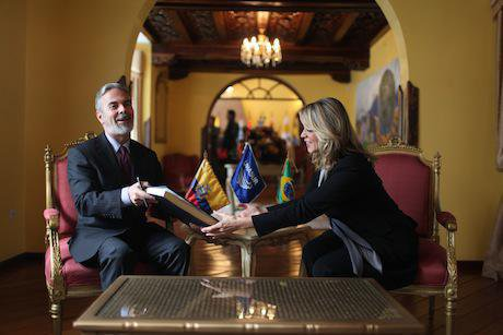 Ecuadorian UNASUR representative meets their Brazilian counterpart. Fernanda LeMarie/Flickr. Some rights reserved.