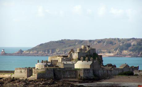 Elizabeth_Castle_in_front_of_Noirmont,_Isle_of_Jersey_(2006)_0.jpg