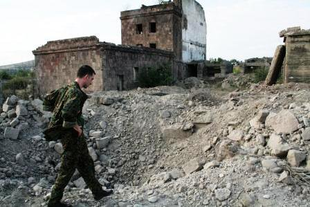 Gori,_ditch_after_Russian_bomb,_aug_8[1]_0.jpg