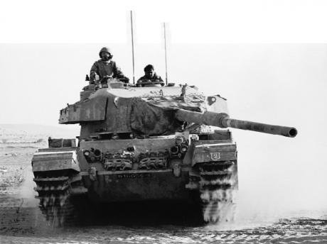 Israeli_Tank_Battles_Egyptian_Forces_in_the_Sinai_Desert_-_Flickr_-_Israel_Defense_Forces.jpg