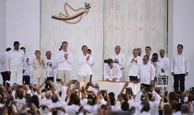 Jefa_de_Estado_participa_en_ceremonia_de_la_Firma_de_la_Paz_entre_el_Gobierno_de_Colombia_y_las_FARC_E.P._(29953487045)_1.jpg