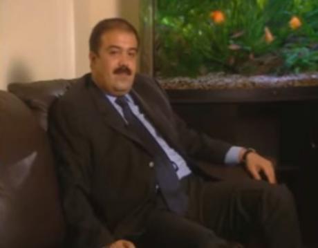Искандер Махмудов дает интервью дома.