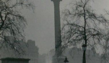Nelson's_Column_during_the_Great_Smog_of_1952.jpg