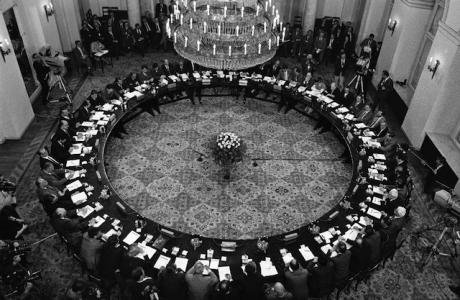 Round table discussions in Poland in 1989 between the ruling Communist Party and opposition