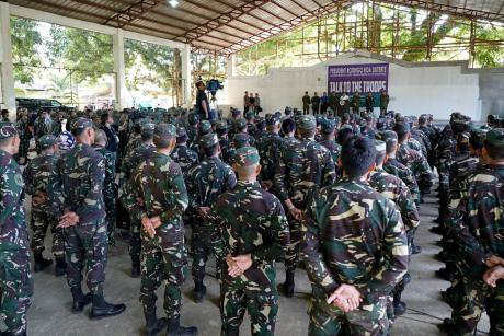 Duterte addresses soldiers.