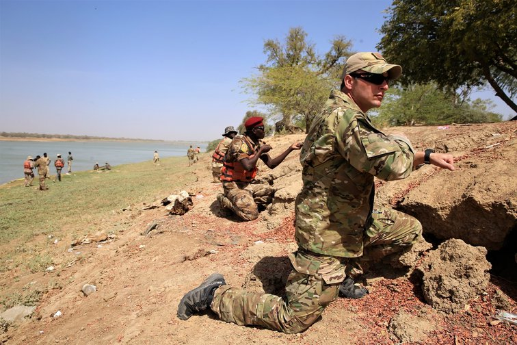 A US military trainer joins Chadian soldiers as part of a joint US-led military exercise, 2017.