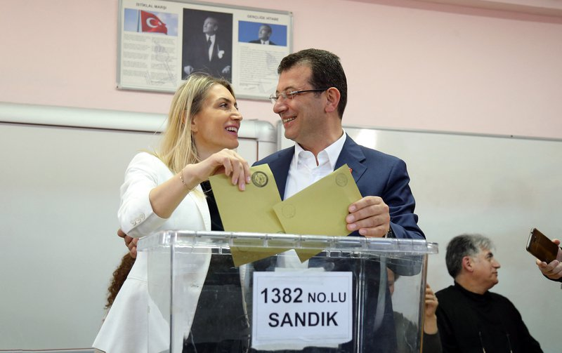 Ekrem Imamoglu, mayoral candidate for Istanbul of Republican People's Party CHP, and his wife Dilek Imamoğlu cast their ballot in Istanbul, March 31, 2019.  Depo Photos/PA. All rights reserved.