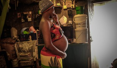 A pregnant Kenyan teenager