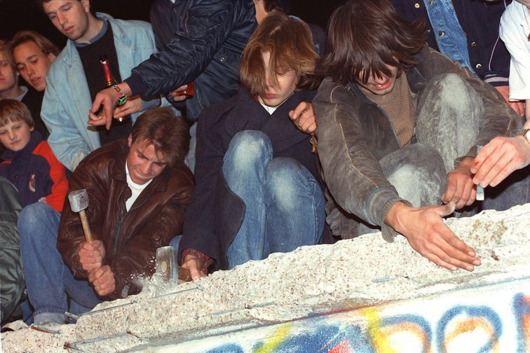 West Berlin's citizens try to pull down the Berlin Wall with hammers, pickaxes and their bare hands in Berlin, Germany, 10 November 1989.