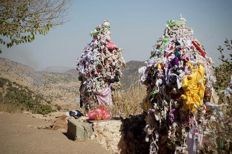 Prayer_cloths_on_Mount_Arafat_in_the_Yezidi_holy_site_of_Lalish,_Kurdistan_Region_1.jpeg