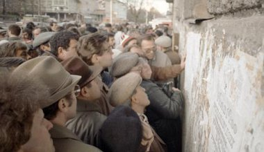 A crowd of Muscovites queue to read samizdat newspapers on a wall, January 1990.