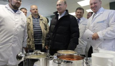 Vladimir Putin visits a Concord food plant in Yanino, 2010 with Prigozhin