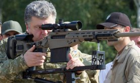 Ukrainian President Poroshenko inspects military equipment outside Kyiv, July 2014.
