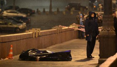 Boris Nemtsov's body outside the walls of the Kremlin covered with a black plastic sheet.