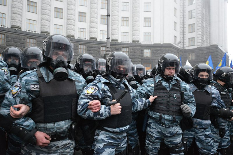 Riot_police_by_the_building_of_the_Cabinet_of_Ministers.jpg