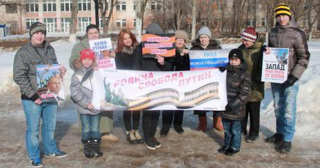 Members of the Samara branch of the NOD hold a banner with the words 'Motherland, Freedom, Putin'