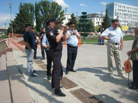 Police arrive at the scene of the picket in Samara in support of Olga Nazarova.