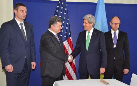 Poroshenko shakes US State Secretary John Kerry's hand. Klitschko stands to the left.